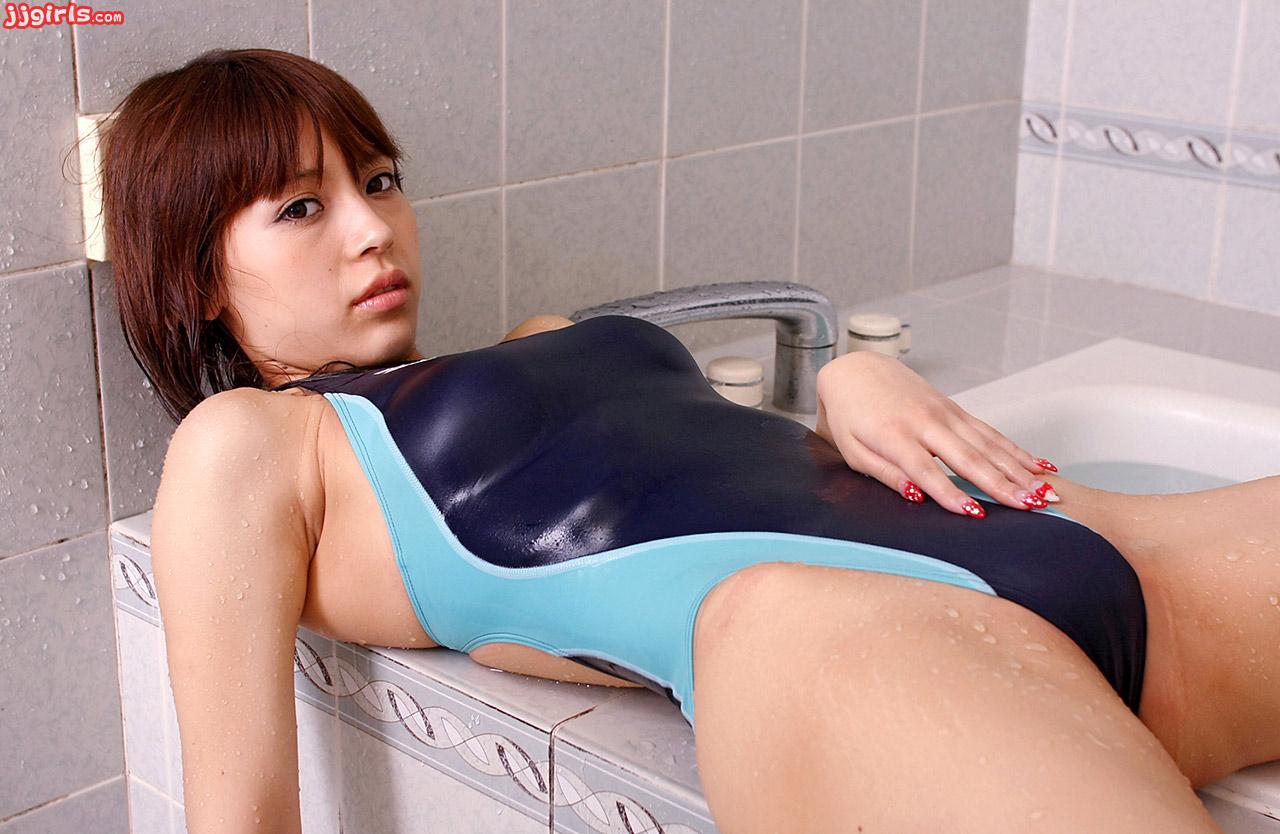 lesbiyanki-yaponki-v-kupalnikah